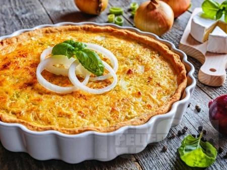 Киш с карамелизиран лук, сметана и сирене грюер - снимка на рецептата